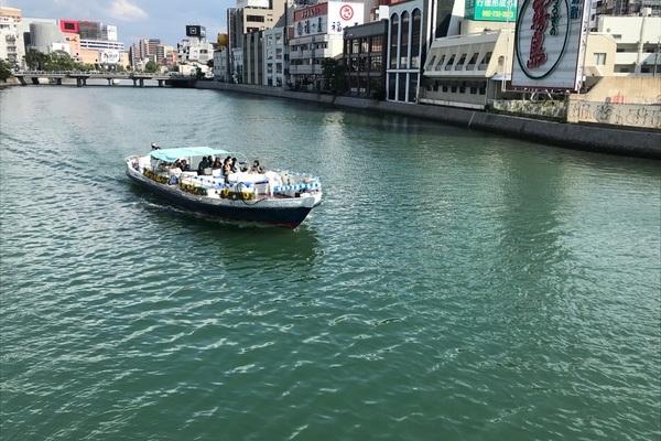 九州一の繁華街や観光スポットを通る遊覧船の装飾のサムネイル
